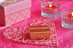 Concetto della carta di giorno di biglietti di S. Valentino, regalo del biglietto di S. Valentino, candele, regali, sorprese, amo Fotografia Stock