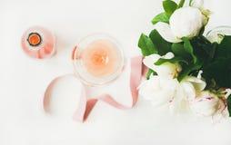 Concetto della cartolina d'auguri con vino rosato ed i fiori, composizione orizzontale Immagine Stock
