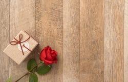 Concetto della cartolina d'auguri di dare presente e la sorpresa del biglietto di S. Valentino, di anniversario, di festa della m fotografie stock libere da diritti
