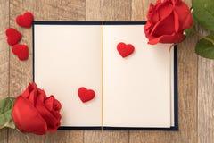 Concetto della cartolina d'auguri di dare presente e la sorpresa del biglietto di S. Valentino, di anniversario, di festa della m fotografia stock