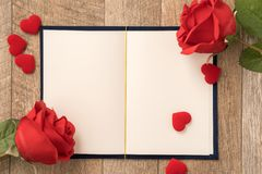 Concetto della cartolina d'auguri di dare presente e la sorpresa del biglietto di S. Valentino, di anniversario, di festa della m fotografia stock libera da diritti