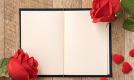 Concetto della cartolina d'auguri di dare presente e la sorpresa del biglietto di S. Valentino, di anniversario, di festa della m fotografie stock
