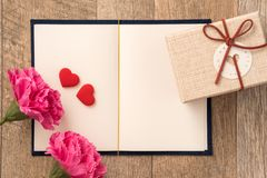 Concetto della cartolina d'auguri di dare presente e la sorpresa del biglietto di S. Valentino, di anniversario, di festa della m immagine stock