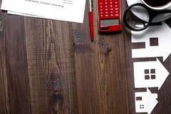 Concetto della casa d'acquisto sulla vista superiore del fondo di legno Fotografia Stock