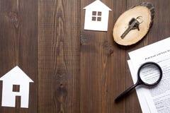 Concetto della casa d'acquisto sulla vista superiore del fondo di legno Fotografie Stock Libere da Diritti