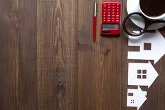 Concetto della casa d'acquisto sulla vista superiore del fondo di legno Fotografia Stock Libera da Diritti