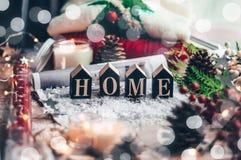Concetto della casa e della comodità Maglione caldo della decorazione di Natale, candele, albero di Natale Casa di parola Umore d immagini stock