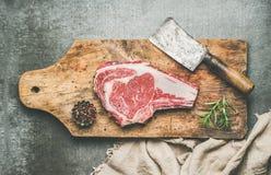 Concetto della cena della carne con l'costola-occhio crudo crudo della bistecca di manzo Immagini Stock Libere da Diritti