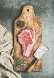 Concetto della cena della carne con l'costola-occhio crudo della bistecca di manzo con condimento Fotografia Stock Libera da Diritti