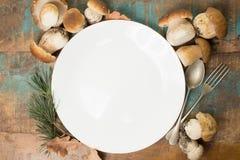 Concetto della cena di autunno - tagliere con il boletus fresco di porcini Immagine Stock Libera da Diritti