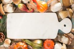 Concetto della cena di autunno - tagliere con il boletus fresco di porcini Fotografie Stock