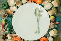 Concetto della cena di autunno - tagliere con il boletus fresco di porcini Fotografia Stock