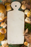 Concetto della cena di autunno - tagliere con il boletus fresco di porcini Fotografie Stock Libere da Diritti