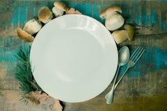Concetto della cena di autunno - tagliere con il boletus fresco di porcini Immagini Stock Libere da Diritti
