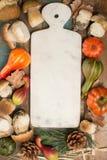 Concetto della cena di autunno - tagliere con il boletus fresco di porcini Immagine Stock