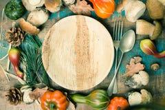 Concetto della cena di autunno - tagliere con il boletus fresco di porcini Fotografia Stock Libera da Diritti