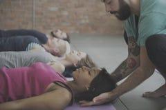 Concetto della classe di esercizio di pratica di yoga Immagini Stock