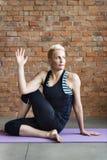 Concetto della classe di esercizio di pratica di yoga Fotografia Stock Libera da Diritti