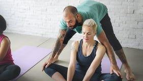 Concetto della classe di esercizio di pratica di yoga Immagine Stock Libera da Diritti