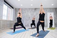 Concetto della classe di esercizio di pratica di yoga fotografie stock libere da diritti