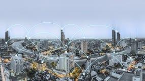 Concetto della connessione di rete con paesaggio urbano fotografie stock libere da diritti