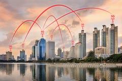 concetto della connessione di rete 5G illustrato dalla città astuta e da Buil immagine stock libera da diritti