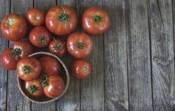 concetto della cucina Gruppo di pomodori freschi, merce nel carrello dei pomodori sopra Fotografia Stock Libera da Diritti