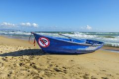 Concetto della disintossicazione di Digital la vecchia barca blu e firma non wlan sulla sabbia dal mare fotografia stock libera da diritti