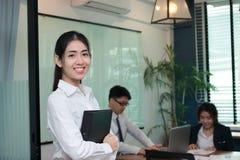 Concetto della donna di affari di direzione Giovane donna di affari asiatica sicura che sta nell'ufficio moderno Fotografie Stock