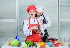 Concetto della drogheria verde vegetariano Uniforme del cuoco coppie felici nell'amore con alimento sano Essere a dieta e vitamin immagine stock