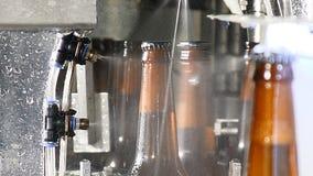 Concetto della fabbrica di birra Fabbrica della birra Linea di imbottigliamento automatica della birra Colpo alto vicino della pa stock footage