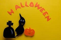 concetto della festa di Halloween Porti e zucca con un'iscrizione di Halloween su un fondo giallo Vista superiore fotografie stock