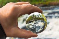 Concetto della foto di autunno con la palla di vetro Fotografia Stock