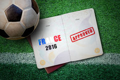 Concetto 2016 della Francia con il passaporto ed il pallone da calcio su erba verde Immagini Stock Libere da Diritti