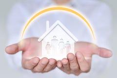 Concetto della gente, della famiglia, di carità e di cura, famiglia di quattro della tenuta della mano del primo piano Fotografia Stock