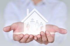 Concetto della gente, della famiglia, di carità e di cura, famiglia di quattro della tenuta della mano del primo piano Immagine Stock Libera da Diritti