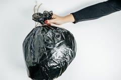 Concetto della gestione dei rifiuti Mani della donna con immondizia sul bianco Immagini Stock Libere da Diritti