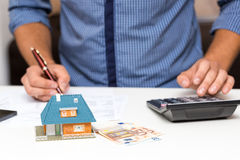Concetto della gestione della proprietà, spese calcolarici della casa fotografia stock