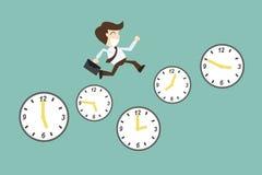 Concetto della gestione di tempo, con funzionamento dell'uomo d'affari del fumetto sul Ti Immagine Stock