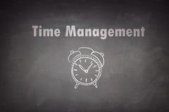 Concetto della gestione di tempo sulla lavagna Immagini Stock