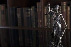Concetto della giustizia e di legge - biblioteca della corte immagini stock libere da diritti
