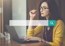 Concetto della lente di Internet della rete di web di ricerca fotografia stock