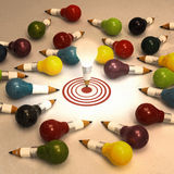 Concetto della matita di idea del disegno e della lampadina creativo e leadersh Fotografia Stock