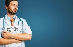 Concetto della medicina di assicurazione di cura della gente Giovane medico maschio con la carta medica immagini stock libere da diritti