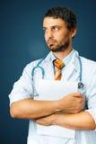 Concetto della medicina e di sanità Medico maschio con il documento medico fotografia stock