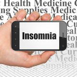 Concetto della medicina: Mano che tiene Smartphone con insonnia su esposizione Immagini Stock Libere da Diritti
