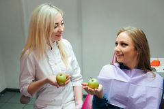Concetto della medicina - medico femminile che dà una mela al paziente fotografia stock libera da diritti