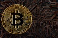 Concetto della moneta del pezzo moneta di oro, circuito del computer con l'unità di elaborazione della moneta del pezzo e microch Immagine Stock Libera da Diritti