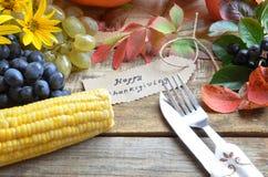 Concetto della natura di autunno Cena di ringraziamento, celebrazione della tavola del ringraziamento Frutta e verdure vegetarian Fotografia Stock Libera da Diritti