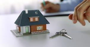 Concetto della nuova casa dell'affare - agente immobiliare che redige i documenti all'ufficio archivi video